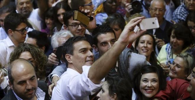 El secretario general del PSOE, Pedro Sánchez, se hace un 'selfie' durante la presentación de las candidaturas al Congreso y el Senado con las que los socialistas van a concurrir a las elecciones del próximo 20 de diciembre.  EFE/Fernando Alvarado