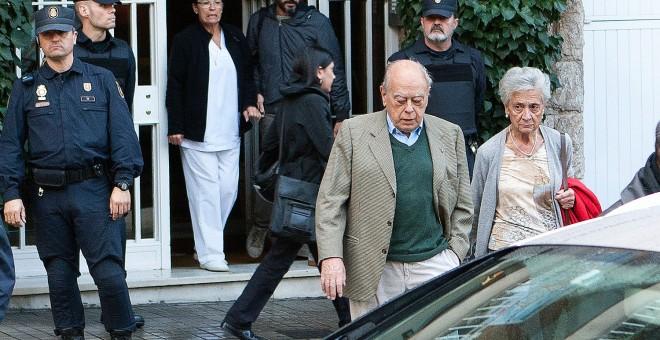 Jordi Pujol y su esposa, Marta Ferrusola, durante el registro de su casa. GUILLEM SANS