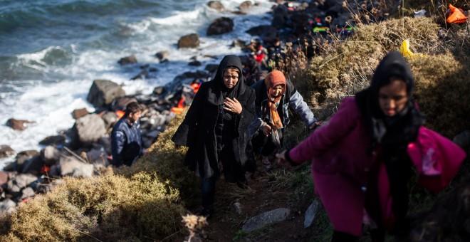 Un grupo de refugiados camina hasta el campamento de Kara Tepe, en la isla griega de Lesbos, tras llegar en balsa desde Turquía.- JAVI JULIO/ NERVIO FOTO
