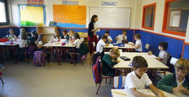 Una profesora con sus alumnos en un colegio de primaria en Madrid. EFE