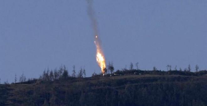 Captura de video facilitada por el canal de televisión HaberTurk que muestra un avión que deja una estela de fuego a medida que cae tras ser derribado cerca de la frontera entre Siria y Turquía. EFE