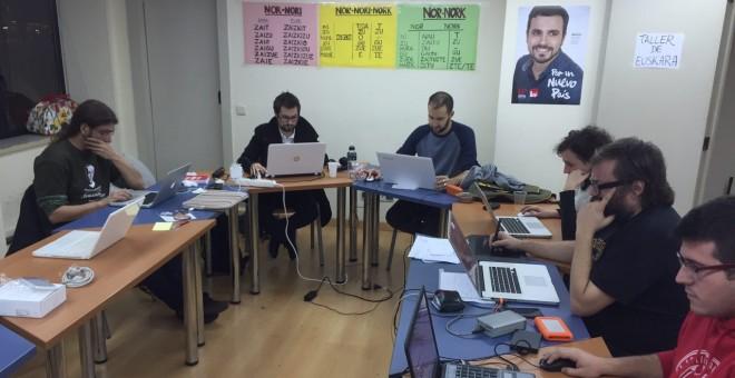 Parte del equipo de campaña y de redes sociales de la candidatura Unidad Popular-Izquierda Unida en la sede del PCM, conocida entre ellos como 'La Cueva'