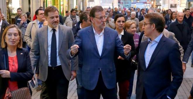 El presidente del Gobierno, Mariano Rajoy, acompañado de la ministra de Fomento, Ana Pastor, y el presidente de la Xunta de Galicia, Alberto Núñez Feijoo, durante el recorrido que ha hecho hoy por las calles de Pontevedra. EFE