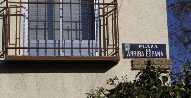 """Placa identificativa de la plaza """"Arriba España"""" de Madrid que cambiará su nombre en los próximos seis meses. EFE/Zipi"""