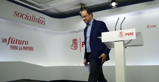 El secretario de Organización del PSOE, César Luena, tras la rueda de prensa que ha ofrecido en la sede de Ferraz. EFE/Mariscal