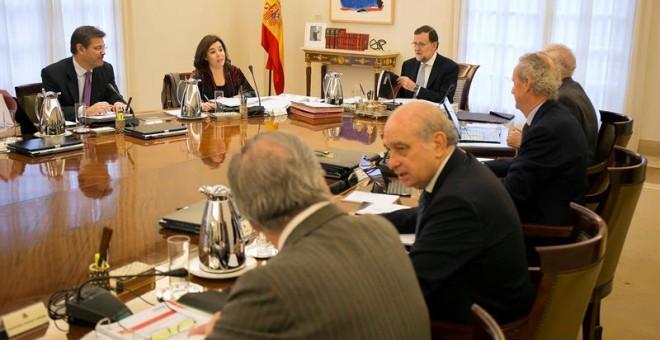El jefe del Gobierno, Mariano Rajoy (c), durante la última reunión del Consejo de Ministros del año y la primera del Gabinete en funciones tras el 20D, que se celebra hoy en medio de las negociaciones para la investidura y que aprobará medidas como la sub