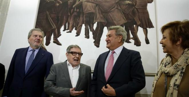 El artista Juan Genovés conversa con Jesús Posada, Íñigo Méndez de Vigo y Celia Villalobos. / CHEMA MOYA (EFE)