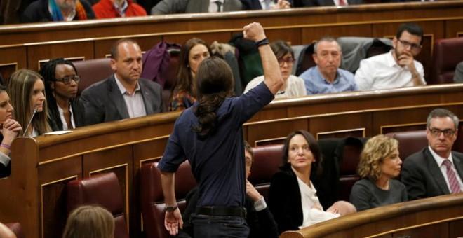 El líder de Podemos, Pablo Iglesias, promete acatar la Constitución durante su toma de posesión como parlamentario del Congreso en la a sesión constitutiva de la Cámara Baja, que ha inaugurado hoy la XI Legislatura. Iglesias ha utilizado para ello además