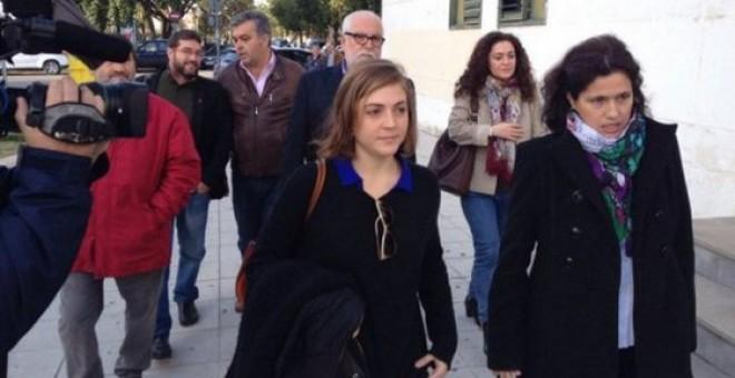 Ana Fernández a su llegada a los juzgados.- IU CÁDIZ