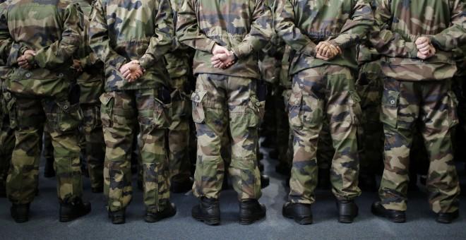 Estudiantes militares se presentan antes de que el ejército francés le desee el Año Nuevo al presidente francés, Francois Hollande en la escuela de oficiales de Saint- Cyr Coetquidan en Guer, Bretaña, 14 de enero de 2016. REUTERS / Stephane Mahe
