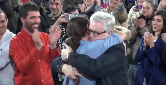 Manuel Monereo se abraza con Pablo Iglesias durante el mitin de Podemos en la Caja Mágica de Madrid
