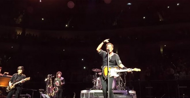 Bruce Springsteen durante su interpretación del 'Rebel, Rebel'.