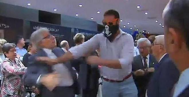 Imagen de video del asalto de un grupo de ultraderecha a la librería Blanquerna, en Madrid, en septiembre de 2013, en la Diada.