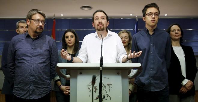 El lider de Podemos, Pablo Iglesias, con Julio Rodriguez, Xavi Domenech, Irene Montero, Victoria Rosell, Iñigo Errejon y Carolina Bescansa, en la rueda de prensa en el Congreso tras su reunión con el rey. REUTERS/Sergio Perez