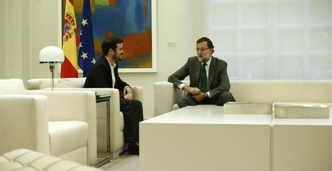 Alberto Garzón y Mariano Rajoy, en su encuentro en La Moncloa, tras las elecciones del 20-D. E.P.
