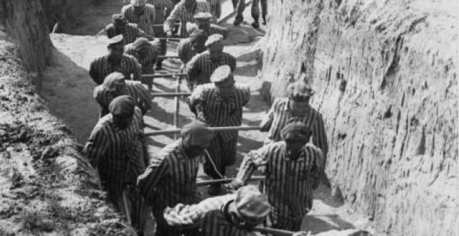 Prisioneros españoles tirando de un vagón de tierra en Wiener Graben, la cantera de piedra de Mauthausen (1942). Equipo Nizkor
