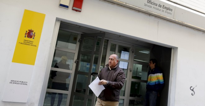 Un hombre sale de una oficia del Servicio Andaluz de Empleo, en Sevilla. REUTERS/Marcelo del Pozo