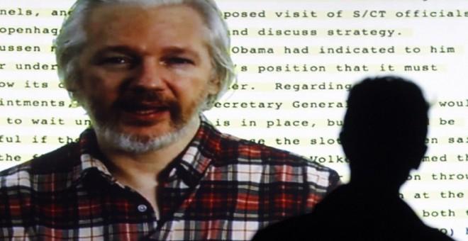 El fundador de Wikileaks, Julian Assange, habla desde la embajada ecuatoriana en Londres en la apertura de un festival de cine sobre derechos humanos realizado en Barcelona en octubre de 2014. - REUTERS