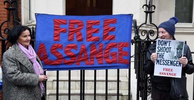 Partidarios de Assange se manifiestan en el exterior de la embajada ecuatoriana en Londres. - EFE