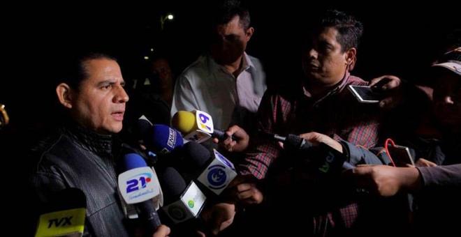 El abogado de 13 de los 17 militares requeridos por la justicia española por la masacre de 6 padres jesuitas, Lisandro Quintanilla, atiende a la prensa. / ODCAR RIVERA (EFE)
