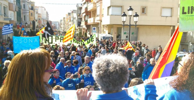 """Bajo el lema """"El Ebro sin caudales es la muerte del Delta"""", miles de personas conformaban una gran marea azul que ha recorrido todas las calles de la ciudad."""
