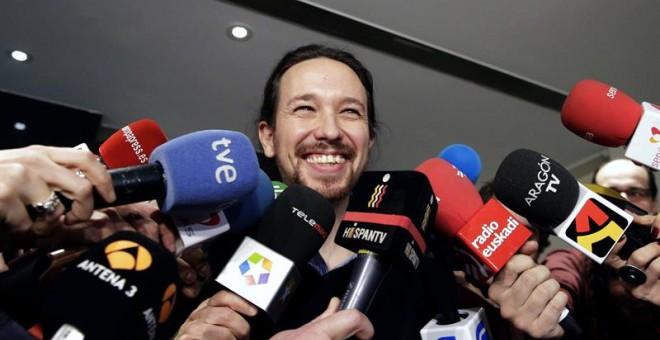 El secretario general de Podemos, Pablo Iglesias, atiende a los medios de comunicación este lunes en el Congreso de los Diputados. EFE/Javier Lizón