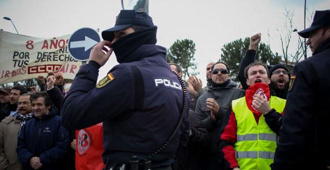 Policia a la salida del juicio a 'Los Ocho de Airbus'. / J.V