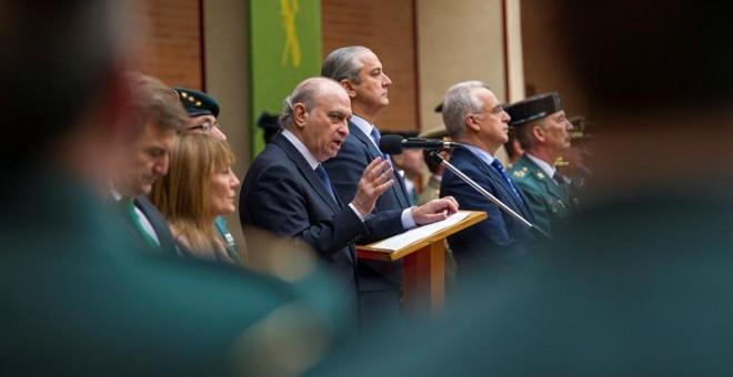 El ministro del Interior, Jorge Fernández Díaz (c), junto al director general de la Guardia Civil, Arsenio Fernández de Mesa (c-d), este lunes en Logroño. EFE/RAQUEL MANZANARES