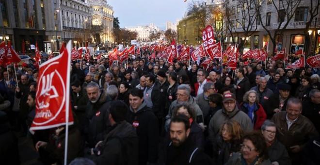 """La manifestación convocada por todo el movimiento sindical madrileño en solidaridad con """"los 8 de Airbus"""", que ha transcurrido hoy entre Cibeles y Sol, en Madrid. EFE/Zipi"""