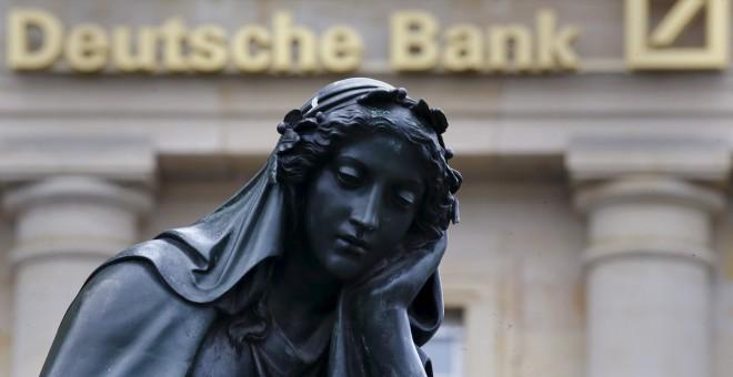 Estatua cerca del  Deutsche Bank en Frankfurt, en una imagen de archivo.  REUTERS/Kai Pfaffenbach