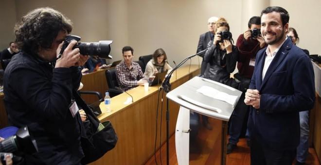 El portavoz de IU, Alberto Garzón, durante la rueda de prensa que ha ofrecido este jueves en el Congreso tras mantener una reunión con Podemos y el PSOE con vistas a la investidura. EFE/Zipi