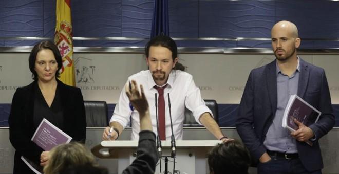 El secretario general de Podemos, Pablo Iglesias, acompañado por el portavoz económico del partido, Nacho Álvarez, y la diputada Carolina Bescansa. EFE/Javier Lizón