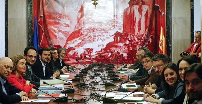 Vista general de la reunión reunión de los equipos negociadores del PSOE, Podemos, IU y Compromís, encabezada por el portavoz del PSOE, Antonio Hernando (3i), el líder de IU, Alberto Garzón (4i), Íñigo Errejón (5d) de Podemos y Joan Baldoví (6d) de compro