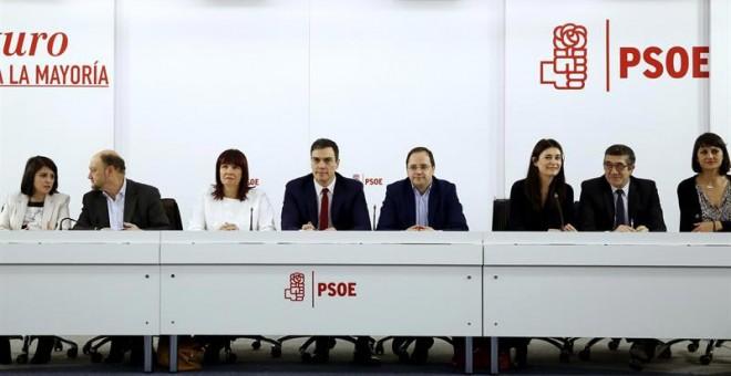 El secretario general del PSOE, Pedro Sánchez, (c), junto a su equipo, al inicio de la reunión de la Comisión Ejecutiva Federal. / SERGIO BARRENECHEA (EFE)