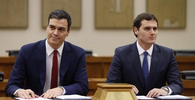 El secretario general del PSOE, Pedro Sánchez (i), y el presidente de Ciudadanos, Albert Rivera, durante la firma de un acuerdo de investidura y legislatura alcanzado entre los dos partidos, hoy en el Congreso de los Diputados. EFE/Chema Moya