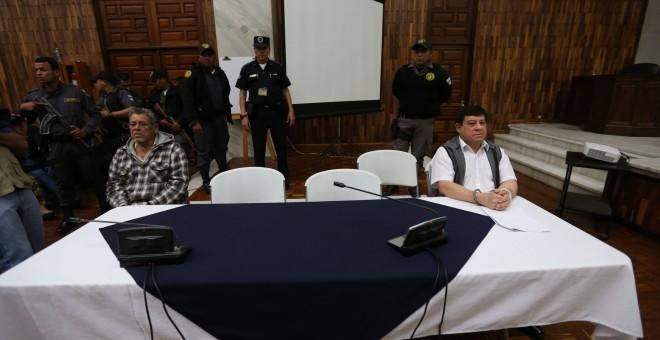 El teniente coronel retirado Esteelmen Francisco Reyes Girón (d) y el exparamilitar Heriberto Valdéz Asij (i) escuchan condena ante un tribunal en Ciudad de Guatemala (Guatemala). EFE/Esteban Biba