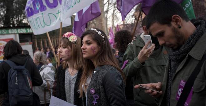 Un momento de la manifestación llevada a cabo esta tarde por las calles de Madrid, para conmemorar el Día de la Mujer. EFE/Luca Piergiovanni