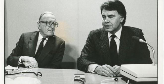 Felipe González, presidente del Gobierno, junto al secretario general de la OTAN, Lord Carrington, en 1986. Para entonces el socialista ya había cambiado radicalmente su posicionamiento respecto a la Alianza. EFE