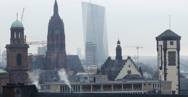 El rascacielos donde tiene su sede el BCER, visto entre los teados de Fráncfort. REUTERS/Ralph Orlowski