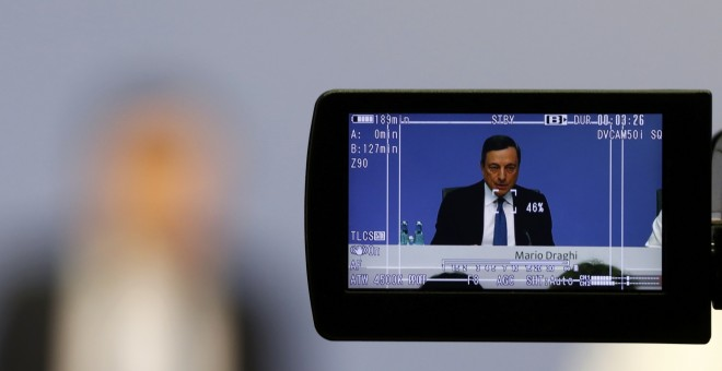 Un visor de una cámara de televisión recoge la imagen del presidente del BCE, Mario Draghi, durante la rueda de prensa mensual en la sede de la entidad. REUTERS/Kai Pfaffenbach