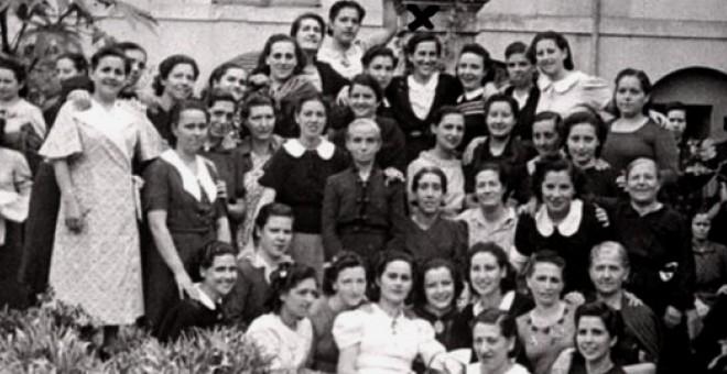 """Grupo de presas en la prisión de mujeres de Palma (septiembre, 1941). En la fila superior, la cuarta por la derecha -debajo de la columna- es Matilde (texto y fotografia: """"Matilde Landa"""") David Ginard Féron"""