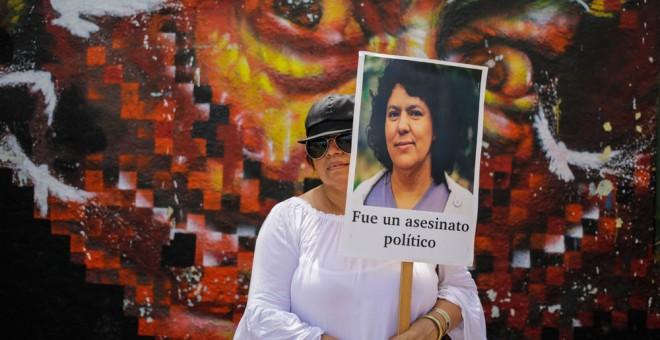 Una mujer sujeta un cartel en Honduras en protesta por el asesinato de Berta Cáceres. INTI OCON (AFP)