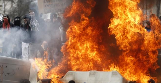 Manifestantes tras una barricada de contenedores ardiendo durante una protesta contra la reforma laboral de Frnacia en Nantes.-  REUTERS / Stephane Mahe
