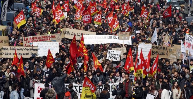 Trabajadores y estudiantes franceses en una manifestación contra de la  laboral francesa, en Marsella, Francia.- REUTERS / Jean-Paul Pelissier