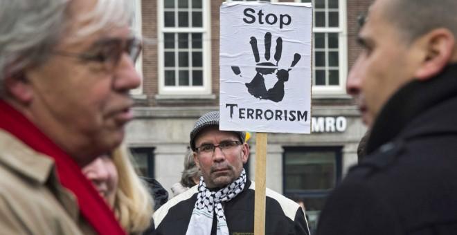 Activistas de varias organizaciones paraguas de mezquitas y musulmanes se congregan para mostrar su apoyo a las víctimas de los atentados de Bruselas en el Dam, Amsterdam. EFE