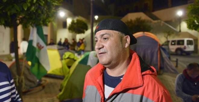 El concejal de Jaén en Común (JeC), Andrés Bódalo, espera su detención acampado en la Plaza Portillo de San Jerónimo, para entrar en prisión arropado por miembros del Sindicato Andaluz de los Trabajadores (SAT) y de Podemos../ JOSÉ MANUE PEDROSA (EFE)