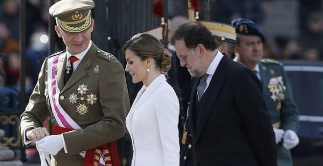 El machismo de los regalos a la Corona: rifles para el rey y fulares para la reina