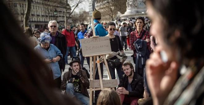 Jóvenes franceses se reúnen en asamblea en la Plaza de la República de París con la reforma laboral anunciada por el Gobierno galo.-  EFE/EPA/CHRISTOPHE PETIT TESSON