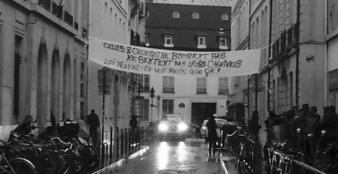 Un cartel contra la reforma laboral colocado en una calle de París por los estudiantes. TWITTER