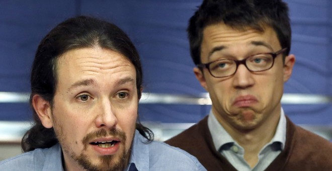 El líder de Podemos, Pablo Iglesias, junto al número dos, íñigo Errejón, durante la rueda de prensa que han ofrecido en el Congreso. EFE/Javier Lizón